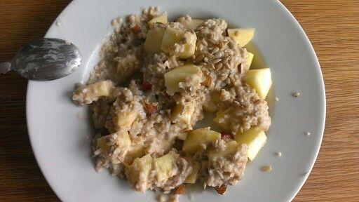 La mia amica s'è preparata un porrige energizzante: fiocchi d'avena cotti nel latte di riso e mandorla col miele, frutta fresca (mela, fragole), mandorle, semi di girasole!