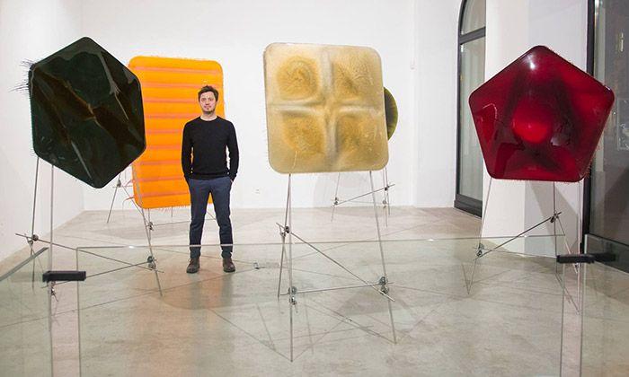Milan Houser vystavuje obrazy z laku i brambory