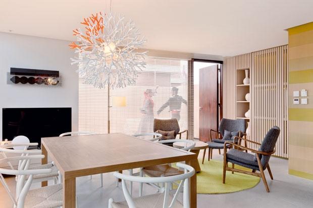Le tonalità tenui del legno rendono protagonista il lampadario Coral Ceiling disegnato dallo studio Lagranja per Pallucco