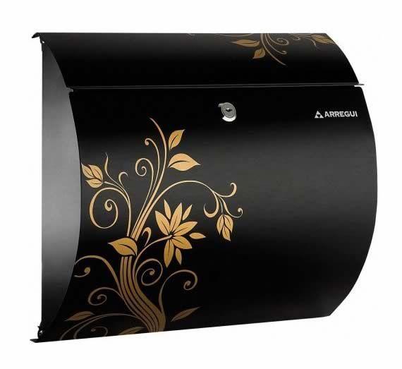 Buzon mod aura nature black e-5417 En la tienda de Manivelas Online tenemos los mejores productos todos ellos relacionados con cualquier casa u hogar ya que nos dedicamos a la venta de todo tipo de tiradores, pomos, manivelas, manillones entre otros muchos productos.