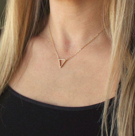 Sierlijke driehoek ketting -------------------------  Verkrijgbaar in zilver, Rose of goud.  Perfect voor dagelijks de charme van deze sierlijke driehoek in een glinsterende keten is geschorst. Kettingen zijn 14kt gouden gevuld, rose goud gevuld en sterling zilver. De driehoek is ongeveer 15mm, in sterling zilver, verguld of rose verguld.  Kies een 16, 18 of 20 inch keten. Afgebeeld op 16 inch.  Aanbieding is voor één Infinity ketting alleen, bezoek mijn winkel voor andere gelaagdheid…
