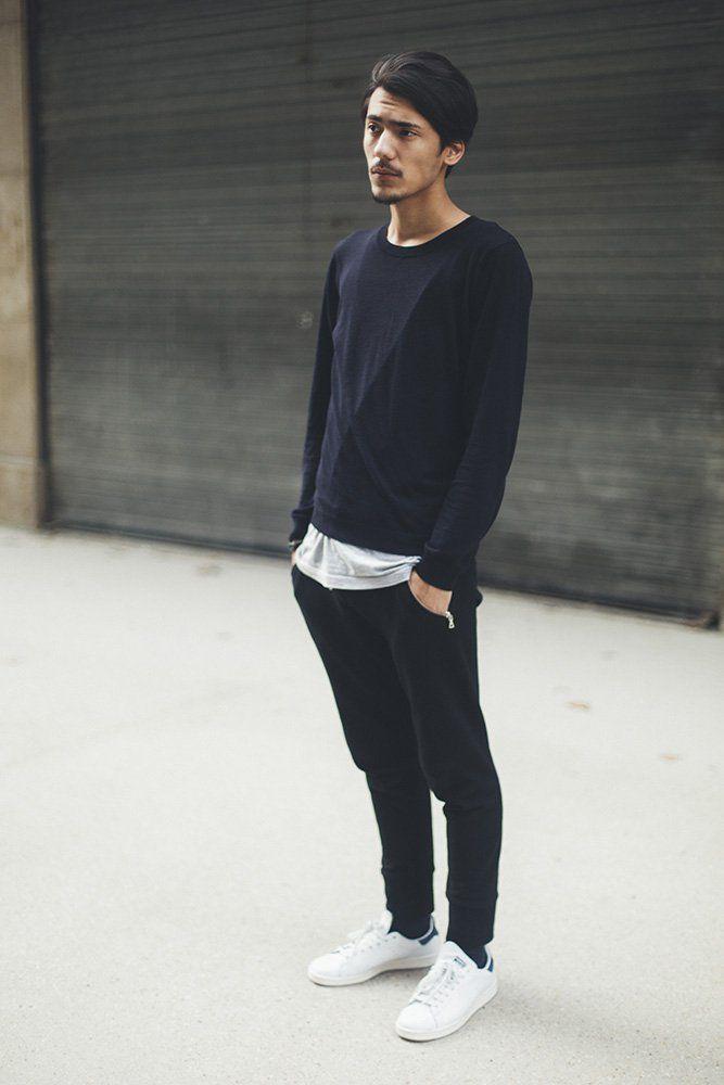 スウェットパンツにスウェットシャツ、アディダス定番スニーカースタンスミスをレイヤードスタイル