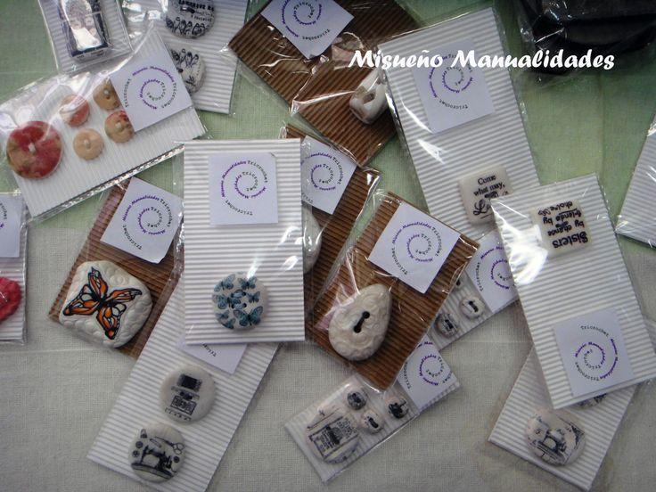 Botones de Fimo hechos a mano, estilos vintage, con textos en blanco y negro, modernos, románticos y infantiles. www.misuenyo.com / www.misuenyo.es