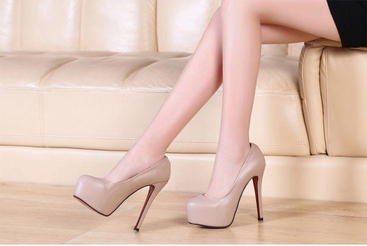 Бежевые туфли на высоких каблуках