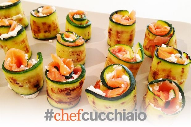 Rotolini di salmone fresco marinato, zucchine e formaggio. salmon & cheese rolled in courgettes