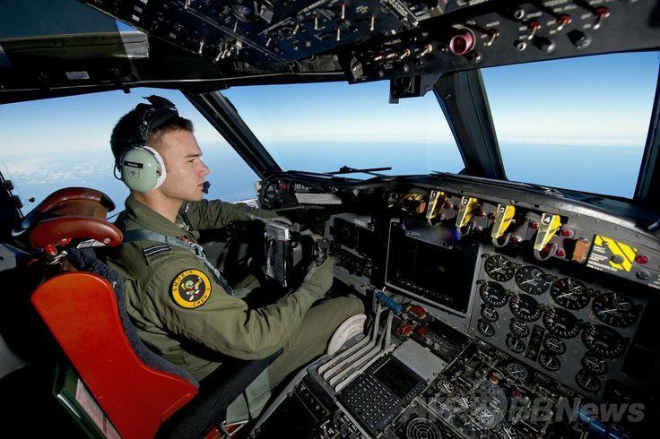 インド洋(Indian Ocean)南部の上空でマレーシア航空(Malaysia Airlines)MH370便の捜索を行うオーストラリア空軍機の操縦士(2014年3月19日撮影)。(c)AFP/AUSTRALIAN DEFENCE/SGT HAMISH PATERSON ▼21Mar2014AFP|豪、不明機とみられる物体の捜索再開 http://www.afpbb.com/articles/-/3010691 #mh370 #mas #B777200 #MalaysiaAirlines #Australia