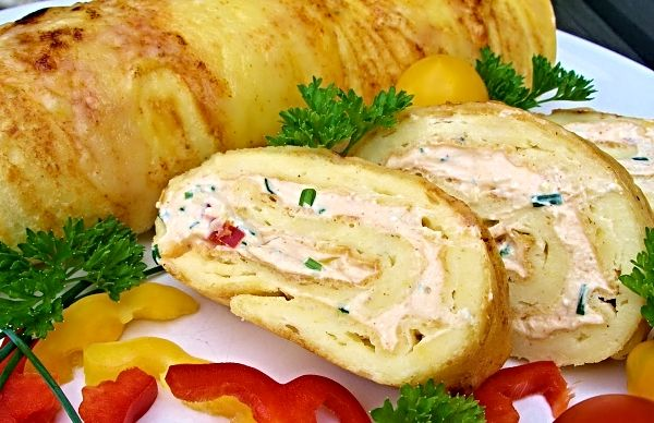 V troubě upečený plát sýrového těsta potřený ochucenou tvarohovou nádivkou, těsto zavinuté do tvaru rolády a zprudka krátce zapečené pod grilem, posypané nastrouhaným sýrem. Roláda servírovaná nakrájená na kolečka, jako předkrm, či chuťovka k pivu…