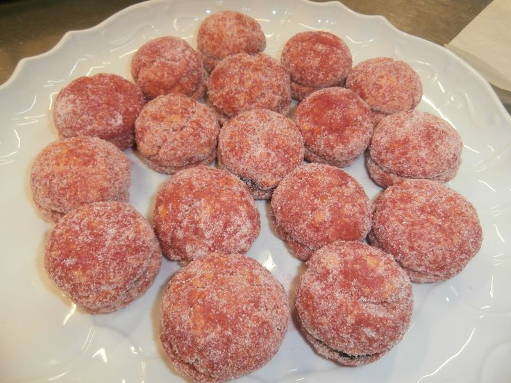 Pesche dolci: tipico dolce di Natale, due biscotti di pasta frolla ripieni di crema e messi l'uno sull'altro e bagnati nell'alkermes (liquore per dolci).