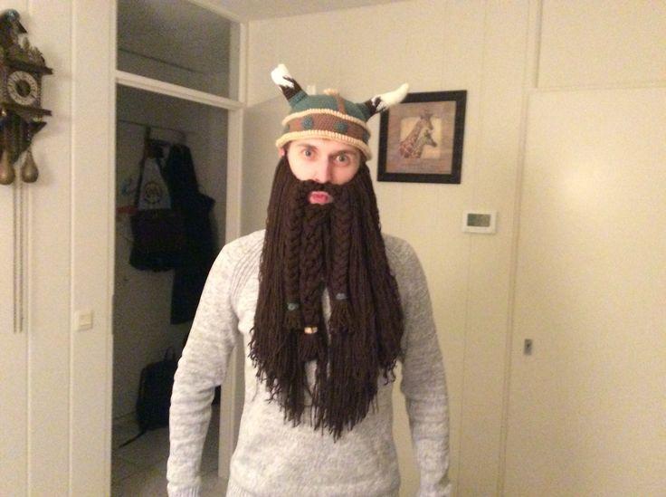 Vikinghelm en baard gehaakt. Patroon staat op mijn bord haakideeën.