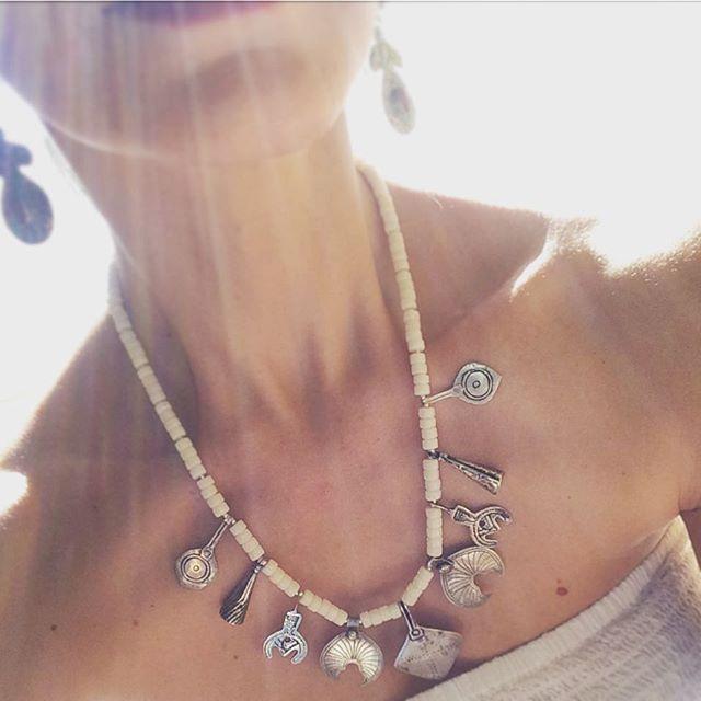 Suncatcher!!! Łapacz słońca, najlepszy! Biały koral i afrykańskie srebro plemienne. . . . #jewelry #handmade #naszyjniki #koral #srebro #berbersilver #staresrebro