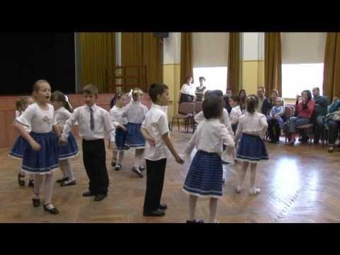 Néptáncos gyerekek műsora a szentpéteri óvoda családi délutánján