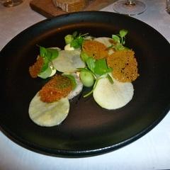 Terrine van varkenskop, appel, saus van vogelmuur, gerookte mayonaise, komkommer - http://www.eet.nu/recensies/495069 en http://restaurantrecensiesvancarla.wordpress.com