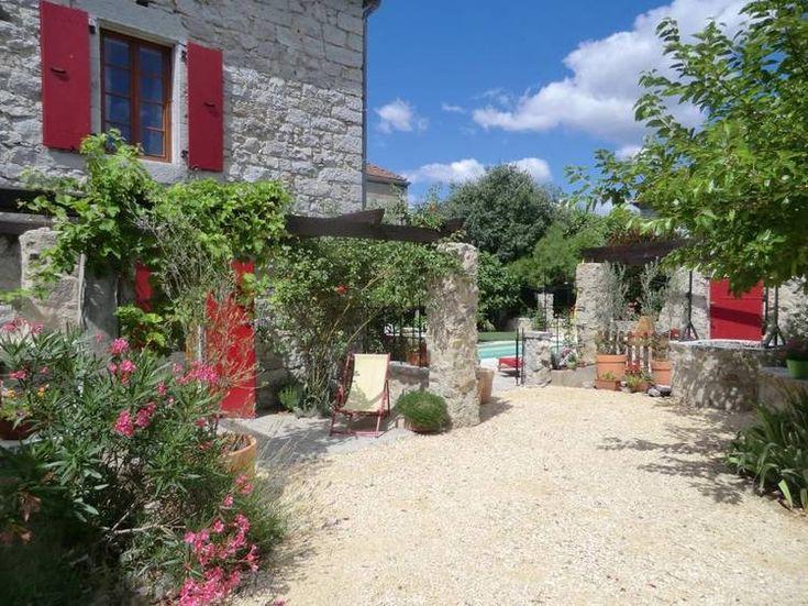 Chambre d'hôtes Saint Alban Auriolles - Maison en pierres - Volets rouges