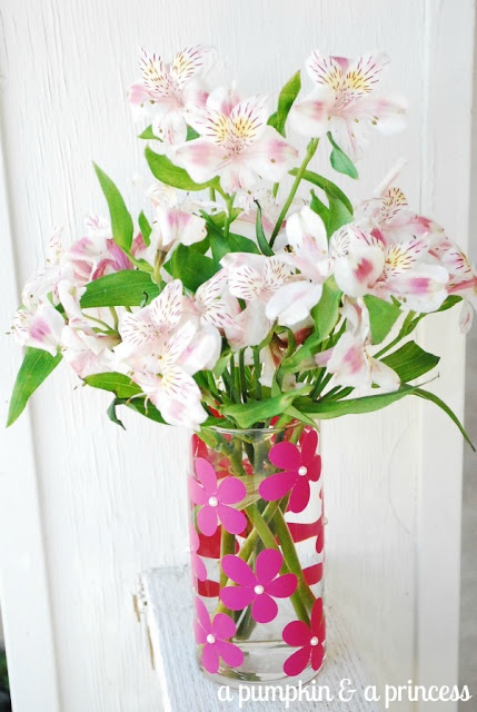 Vinyl flower vase // so easy to make and perfect for a Mother's Day gift! #MothersDay