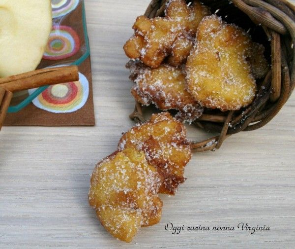 The Apple fritters are delicious and genuine cake made with a few simple ingredients that enhance the scent of Apple.