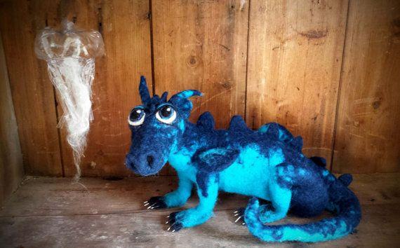 Een koi Dragon, een zeldzame Dragon-type dat wordt geleverd met zijn vriend de kwal. Voor de liefhebbers van de Dragon, fantasy deze mystieke wezens gewoon voor liefhebbers van widowed, Conbesucher. Op een licht Drachtgestell van Gevilte lichaam, kan dus worden gewijzigd (voorzichtig) hem in de pose. Is ook goed als de keeper van een boek of kijken op uw sieraden Deze draak is warm en klaar zodat kunt u precies deze draak van de fotos U wilt een andere kleur? Klik vervolgens op deze manier…