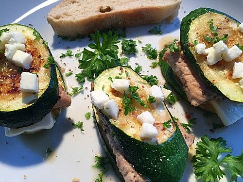 Gegrillte Zucchini mit Puten-Minutensteak und Hirtenkäse
