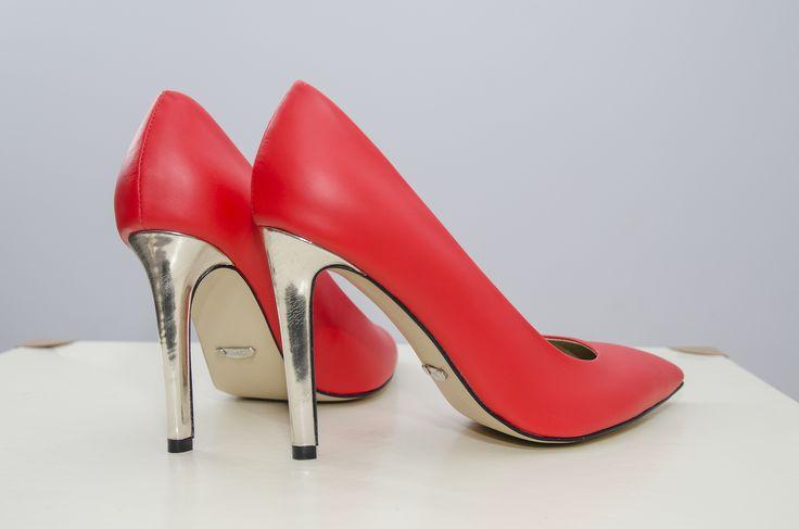 """<p class=""""p1""""><span class=""""s1"""">Pantofi stiletto corai cu toc auriu de 10 cm, din piele natură atat la exterior, cat si in interior.</span></p>"""