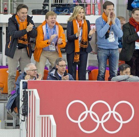 Koning Willem-Alexander en Maxima juichen enthousiast voor de oranje schaatsers. In Sotsji 2014 is er al weer twee keer schaats goud voor oranje gewonnen. Sven kramer en Ireen Wüst maken beide hun favorietenrol direct waar door een Olympische titel in het Russische Adler te pakken.