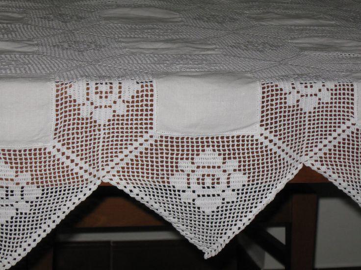 um pormenor do acabamento da toalha.            Esta toalha de llinho e croché foi feita por mim já há alguns anos, foi feita em linha...
