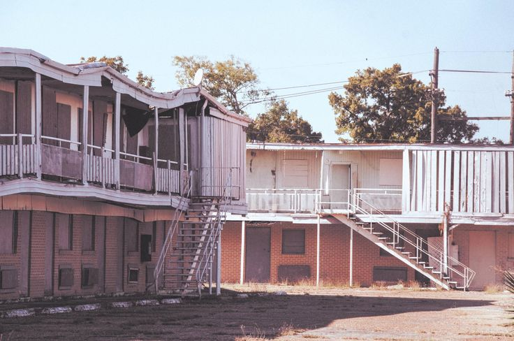 Abandoned motel in New Orleans - there are so many pastel post-Katrina gems there. [4170 x 2770]