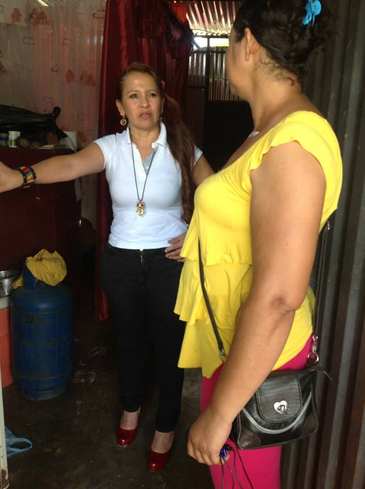 La Representante dialoga con una ama de casa.