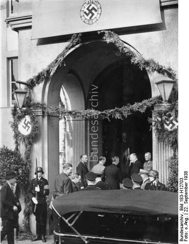 22.9.1938, Die Zusammenkunft des englischen Ministerpräsidenten Chamberlain mit dem Führer in Hotel Dreesen in Godesberg. Der Führer geleitet seinen hohen Gast in das Hotel. Links Reichsaussenminister v. Ribbentrop und der Chef des Protokolls Frhr. v. Dörnberg [Doernberg], ganz rechts der Chef des Oberkommandos der Wehrmacht General Keitel.