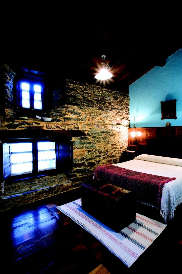 Casa perete ubicada en santa eulalia de oscos es una - Chimeneas santaeulalia ...