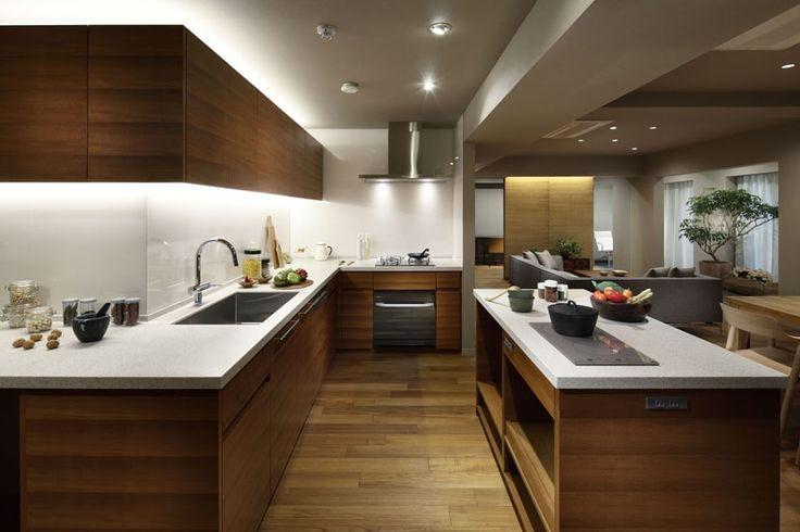 全長7mのZ型キッチン。下ごしらえ、シンク、作業、コンロ、盛りつけと動線に沿ってカウンターが連続します。 専門家:鹿内 健が手掛けた、全長7mのキッチン(碑文谷・時層の家)の詳細ページ。新築戸建、リフォーム、リノベーションの事例多数、SUVACO(スバコ)
