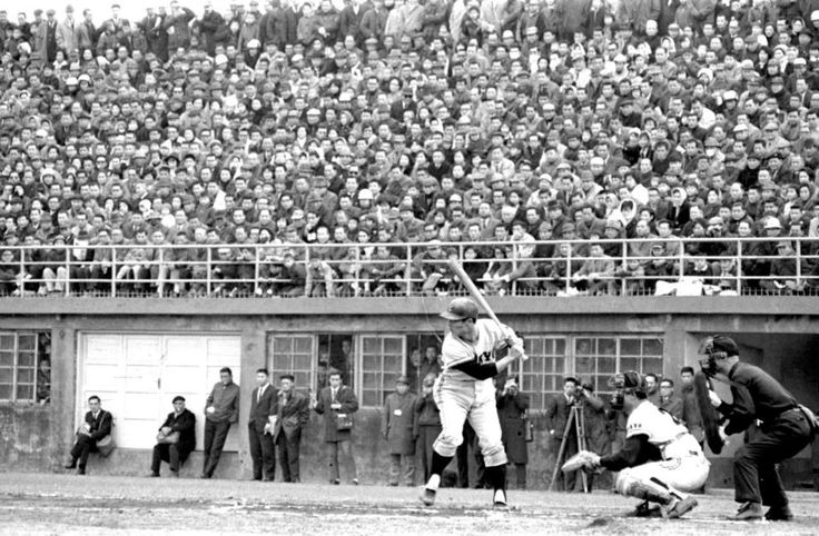 Sadaharu Oh (王貞治) of Tokyo Yomiuri Giants playing a training-match in Taipei, 1968.