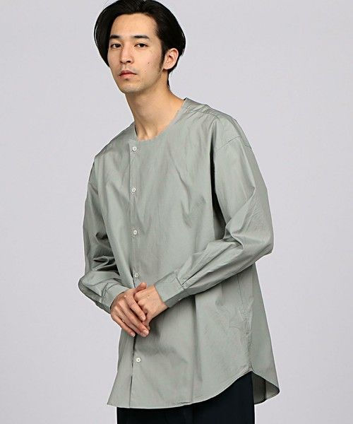 --EN ROUTE | ENR ノーカラーアシンメトリーシャツ-- EN ROUTE(アンルート)オリジナルコレクション一枚で様になるビックシルエットのノーカラーシャツコットンブロードを使用したオーバーサイズシャツ。ドロップショルダーのビックシルエットを製品洗いすることでクリーンな中にもルーズ感を演出。フロントにアシンメトリーなディテールを取り入れてシャツをデイリーアイテムに昇華させました。テーパードパンツやワイドパンツにインするのはもちろん、カジュアルなイージーパンツやハーフパンツに合わせるのもおすすめです。店舗へお問い合わせの際は、全国のEN ROUTE 各店舗まで下記の品名/品番をお申し付け下さい。品名:ENR C BRD N/CLR SHT 品番:7111-218-0165