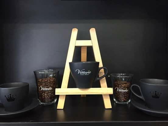 • Αν στο φλιτζάνι εναποτίθενται κατάλοιπα καφέ, πρέπει να εξετάσετε τις οπές του φίλτρου που μπορεί να έχουν διασταλεί και τις ντουζιέρες που, αν δεν καθαρίζονται όταν και όπως πρέπει, φράζουν. Ελέγξτε, επίσης, την πίεση της αντλίας, η οποία δεν πρέπει να ξεπερνά τα 9 bar.  • Όταν η ποσότητα του καφέ που εκχυλίζεται διαφέρει ανάλογα με το αν χρησιμοποιείτε μονό ή διπλό portafilter, ελέγξτε και καθαρίστε τα ακροφύσια και αντικαταστήστε τα φίλτρα, αλλά και τις ντουζιέρες όλων των γκρουπ.