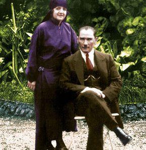 """Latife Hanım 17 Haziran 1898'de İzmir'de doğan ve 13 Temmuz 1975'te İstanbul'da vefat eden Latife Uşşaki, Gazi Mustafa Kemal Atatürk'ün eşidir. 29 Ocak 1923-5 Ağustos 1925 tarihleri arasında iki buçuk yıl Mustafa Kemal Atatürk ile evli kalmıştır. Uşakizade Köşkü'nün bahçesinde bulunan """"Camlı Köşk"""" te ilkokulu, İstanbul Arnavutköy Amerikan Kolejinde ortaokulu ve liseyi okudu. Paris'te Sorbonne Üniversitesi'nde siyaset ve hukuk okudu, Londra'da dil öğrenimi gördü. İngilizce, Fransızca…"""