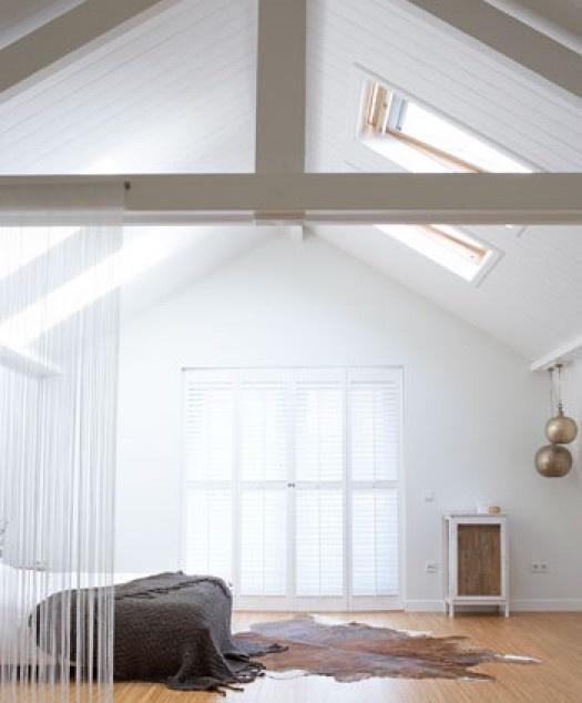 Woonkamer Hoog Plafond: Woonkamer met hoog plafond en leren hoekbank ...