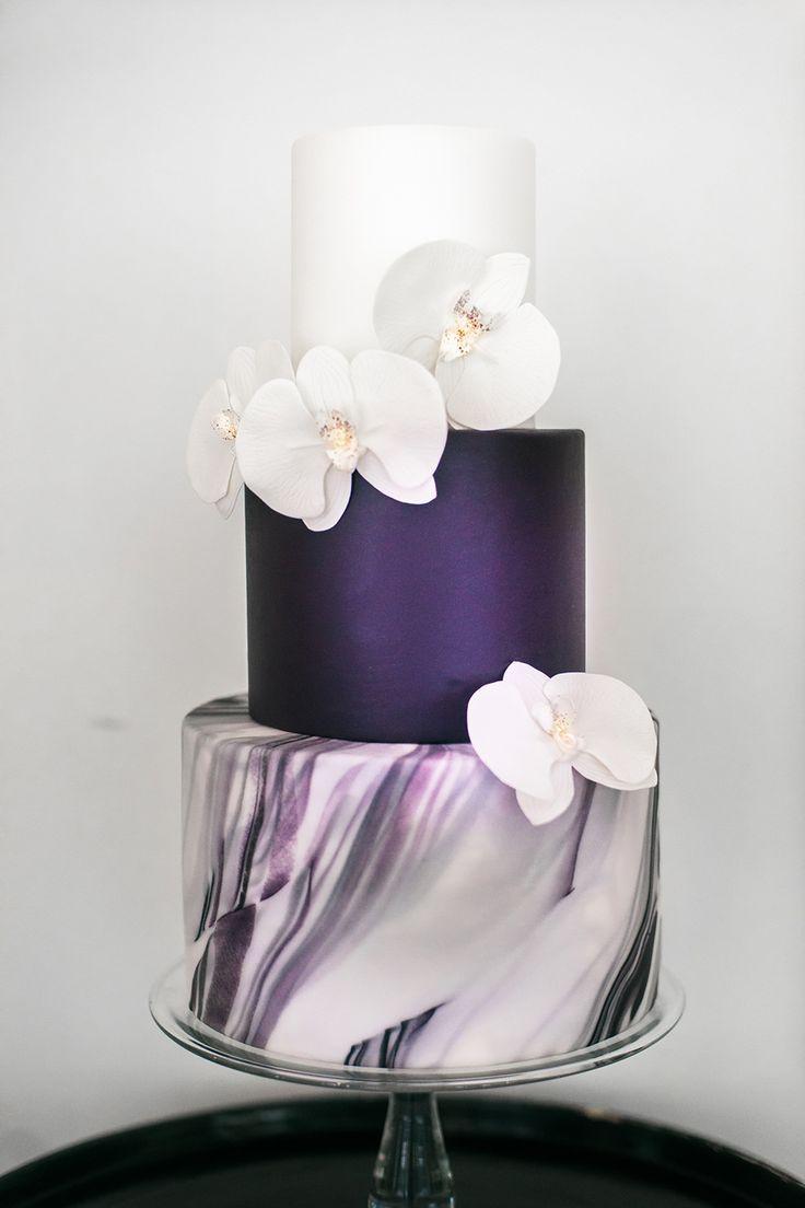 Elegante Hochzeitstorte aus marmoriertem Weiß und Burgunder mit …   – Dresses & Make Up