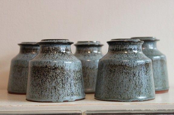 FINN.no - Mulighetenes marked - Fem krukker til oppbevaring, laget av Richard Duborgh. 9 cm høye.