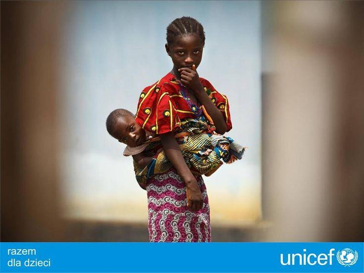 UNICEF opiekuje się kobietami w ciąży i matkami, wyposaża ośrodki zdrowia.