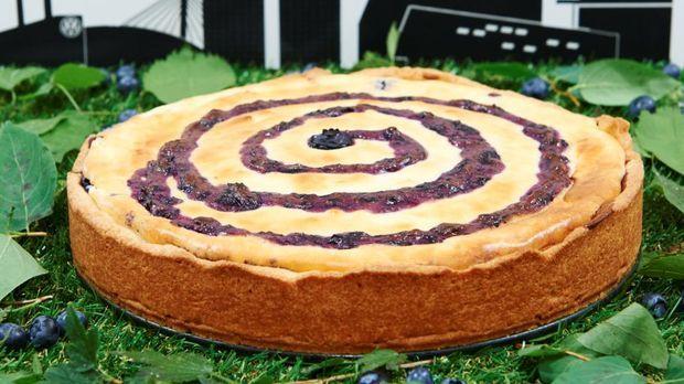 Cremig leichter Käsekuchen mit einer Spirale aus fruchtiger Blaubeercreme undverstecktem Blaubeerspiegel.