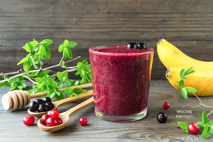 Сranberries and aronia (black chokeberries) make for a delicious smoothie full of vitamins. This mix of fruit and berries will instantly revitalize you!