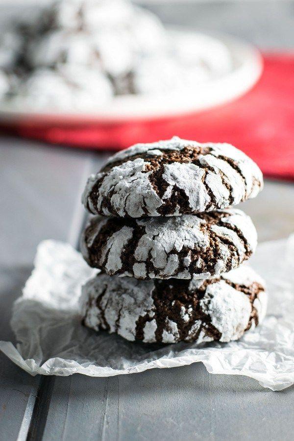 """Čokoládové sušenky, kterým se v anglicky mluvících zemích říká """"Crinkles"""". Krusta sušenek je hezky křupavá a uvnitř vás čeká jemný střed podobný brownies. Hezky se doplňují s šálkem kávy nebo sklenicí mléka.  //    Čas vaření: 30 minut + čas chlazení těsta Porce: 22 ks  Ingredienc"""