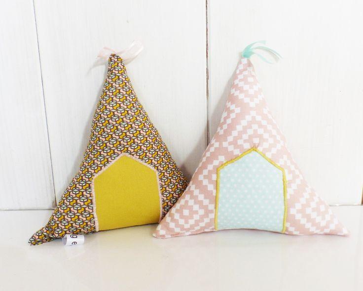 Coussins de décoration TIPIS en tissus Vert d'eau, Vieux Rose, moutarde, marron - chambre petite fille : Décoration pour enfants par zig-et-zag