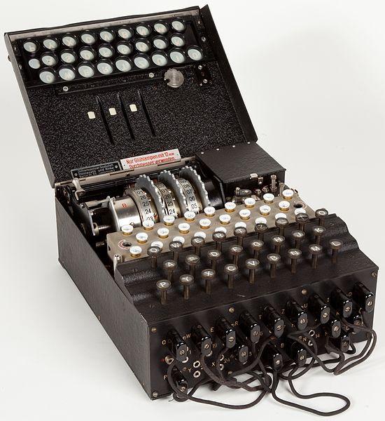 La máquina Enigma: nunca te confíes puedes acabar siendo el cazador cazado Máquina Enigma en el Museo Nacional de la Ciencia y la Tecnología Leonardo da Vinci Milán. Tal día como hoy del año 1940 los alemanes lograron establecer comunicaciones por radio en ambos sentidos desde el territorio francés recién ocupado por ellos. Para ello empezaron a utilizar una sofisticadísima máquina para transmitir información codificada. Su nombre fue entonces y lo sigue siendo un verdadero acierto: Enigma…