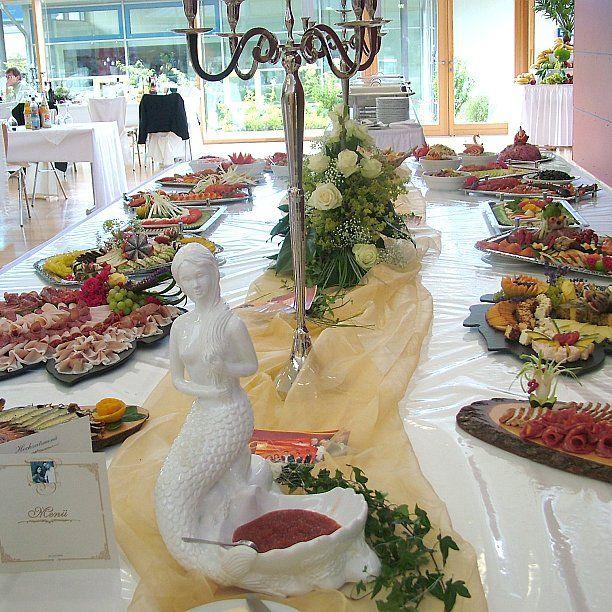 Probeessen vor der Hochzeitsfeier  Bevor in einer Gaststätte oder in einem Hotel das Hochzeitsmahl serviert wird, lassen es sich viele Brautpaare nicht nehmen, ein Probeessen zu veranstalten.  Meist werden dazu die zukünftigen Trauzeugen eingeladen. In einigen Gaststätten ist es Gang und Gebe, dass das Probeessen ein fester Bestandteil der Hochzeitsfeier ist, sodass für das Brautpaar und die Gäste zum Probeessen genau das gekocht wird, was es dann auf der Hochzeit ge