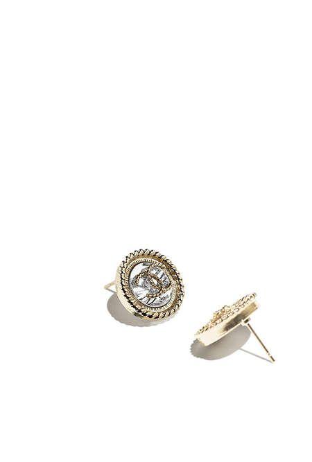 Boucles d'oreilles, métal-doré & argenté - CHANEL RTW SS 2017 #Chanel #DataCenterChanel #SpringSummer2017 #SS17 #KarlLagerfeld   Visit espritdegabrielle.com L'héritage de Coco Chanel #espritdegabrielle