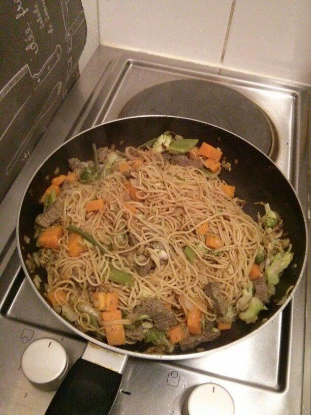 Nouilles sautées aux légumes (carottes, haricots verts, coco plats, oignons, champignons) et au boeuf