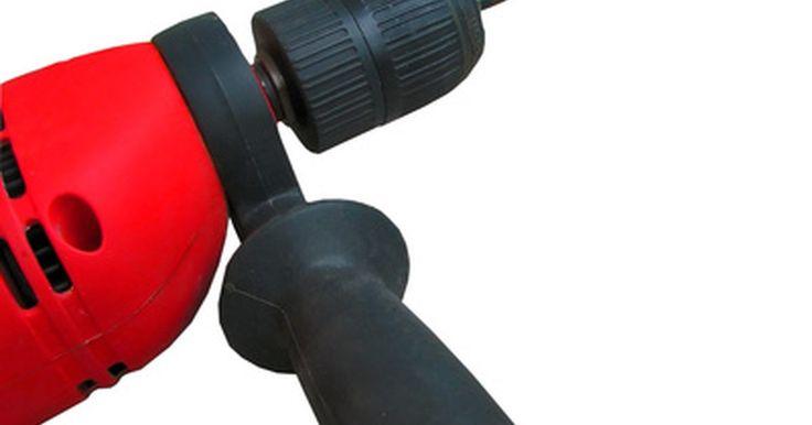 Como transformar uma furadeira sem fio em um gerador de corrente contínua. Transforme uma furadeira sem fio em um gerador de corrente contínua. Usando o motor da furadeira, é possível construir um carregador de baterias ou uma fonte de corrente contínua. Ao girar o motor no sentido inverso, eletricidade é criada ao invés de utilizada. Conecte o motor a uma manivela, hélice de moinhos de vento, roda de água ou alguma ...