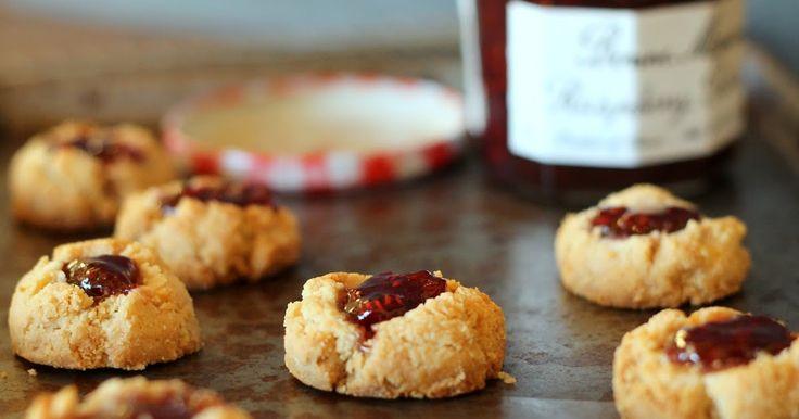 Πάστα Φλώρα μπισκότα μαρμελάδας!  Το αγαπημένο γλυκό όλων, τώρα σε μπισκότο! Η αυθεντική ιταλική βάση για τάρτες, αποτελεί μια πανεύκολη και πολύ νόστιμη συνταγή για μπισκότα με μαρμελάδα ή φρούτα! Δοκίμασέ την οπωσδήποτε!