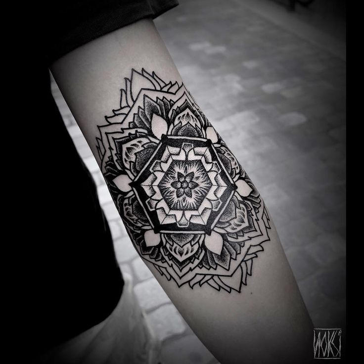 17 meilleures id es propos de tatouage mandala homme sur pinterest tattoo manchette. Black Bedroom Furniture Sets. Home Design Ideas