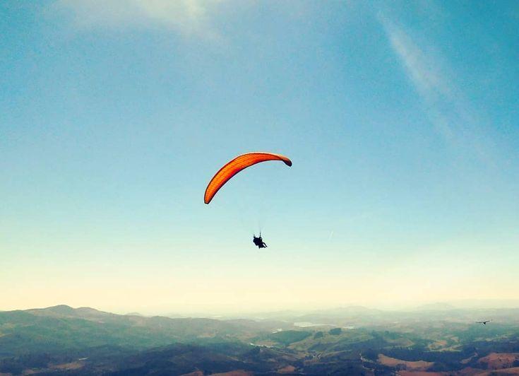Esqueça tudo que pese e voe! . Forget everything that weighs and flies! . . #repost #landscape #landscapes #landscaper #paisagem #paisagens #horizon #horizons #horizonte #horizontes #reflexão #reflection #mountain #montanha #montanhas #montana #montanas #natureza #nature #naturelover #naturelovers #instanature #sky #skylover #skylovers #paragliding #paraglider #minasgerais #brasil #brazilgram