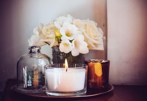 寒い季節になると、アロマキャンドルやフレグランスキャンドルをお部屋で焚いてリラックスタイムを楽しんだり、テーブルに並べてクリスマスホームパーティーを楽しんでいるという女性も多いかと思います。 最近はその香りやカラーだけにとどまらず、容器のデザインもセンスのよいオシャレなキャンドルが続々登場しています。 そのまま火を灯してテーブルに置くだけでもオシャレですが、今回はキャンドル好きなら是非取り入れていただきたい、一歩先を行くセンスをアピールできるキャンドルツールをご紹介します。